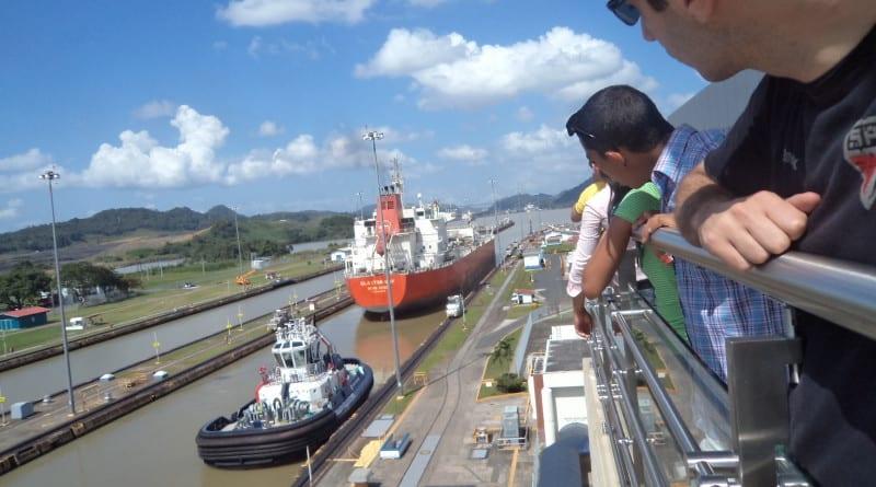 Barcos nas eclusas de Miraflores no Canal do Panamá