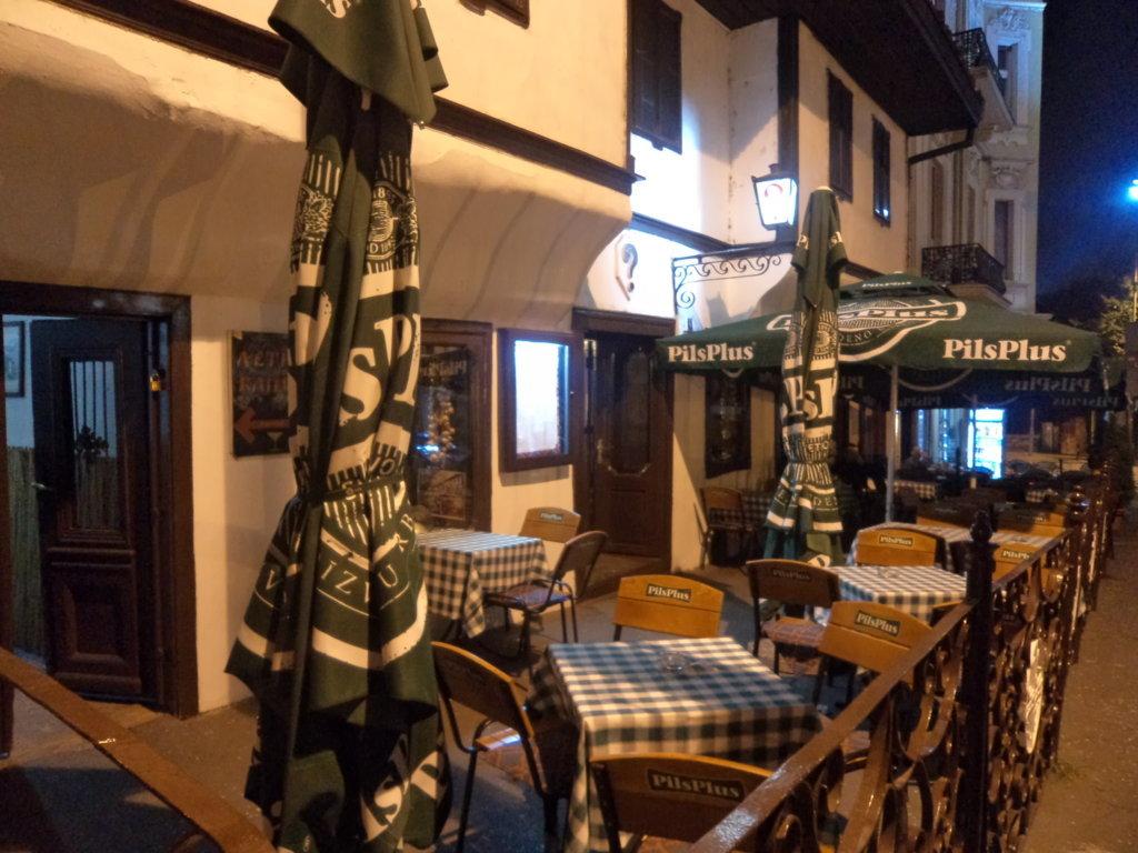 Imperdível Tarverna interrogação - restaurante famoso, tradicional e com cozinha típica da Sérvia, em Belgrado