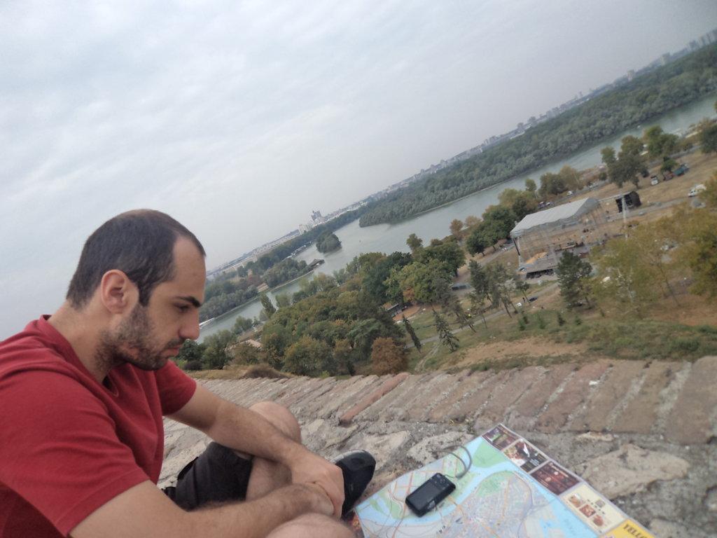 Refletindo no Kalamegdan com vista a foz do rio Sava no rio Danúbio, Belgrado