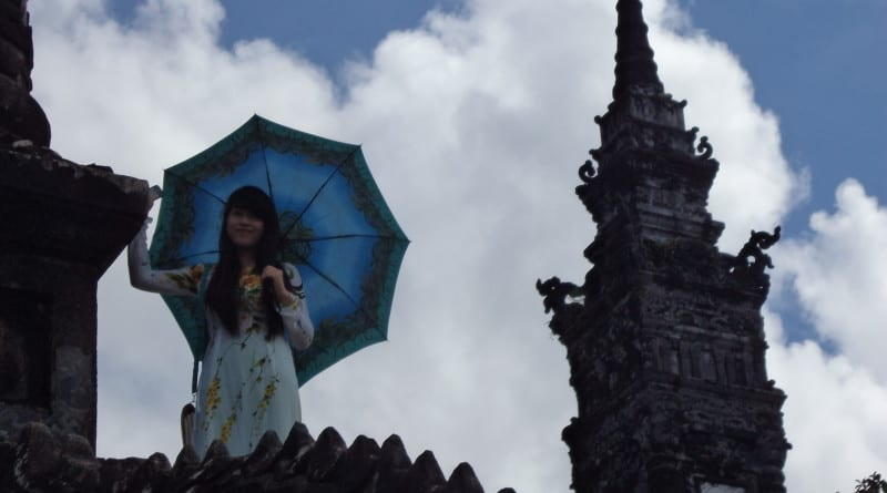 Jovem vietnamita em trajes típicos na tumba de Khai Dinh - Hue, Vietnã