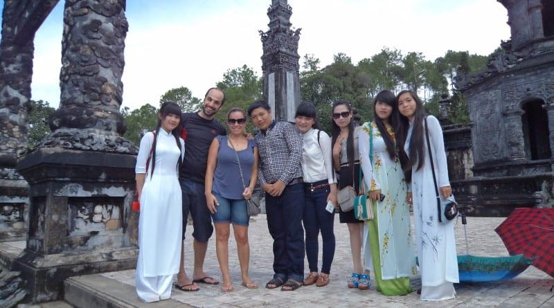 Jovens pedem foto para estrangeiros - Hue, Vietnã