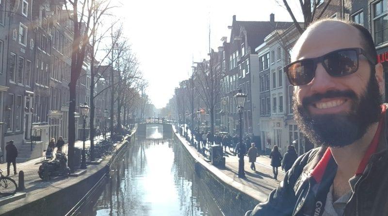 Primeiras horas, caminhandos pelo centro de Amsterdam, Holanda
