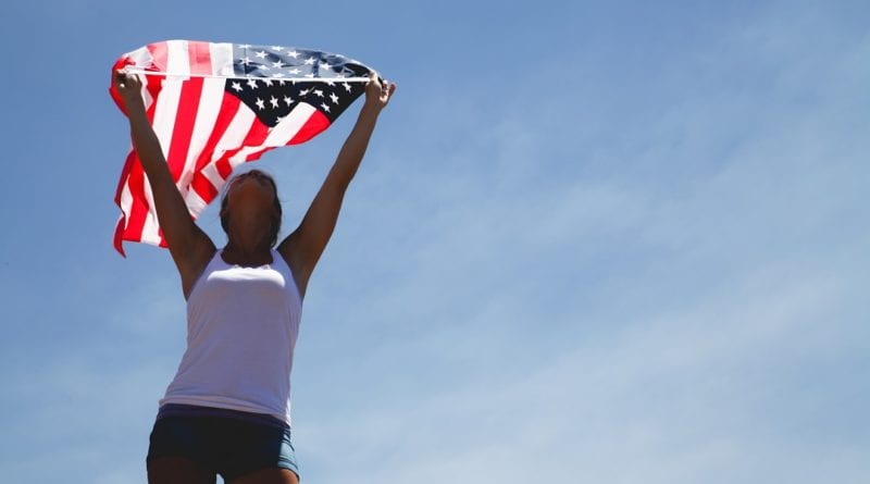 Estudante e bandeira dos Estados Unidos - Foto Pexels